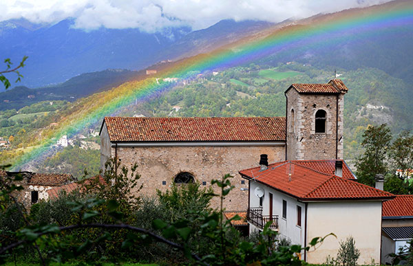 Un arcobaleno sopra la chiesa di San Giuseppe